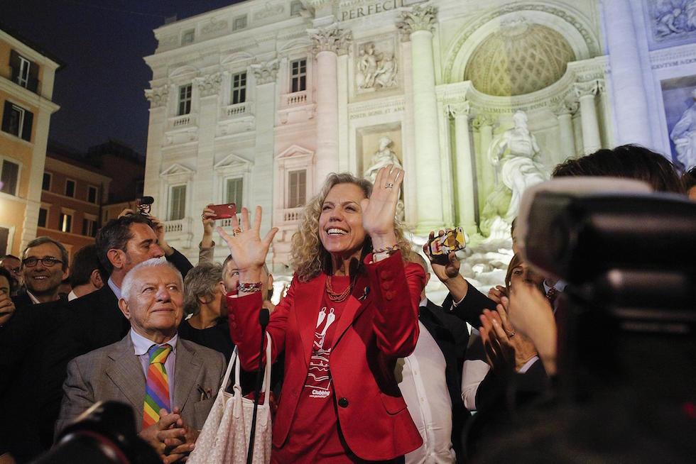 Monica Cirinna durante i festeggiamenti nel centro di Roma per l'approvazione delle unioni civili, 11 maggio 2016(ANSA/GIUSEPPE LAMI)